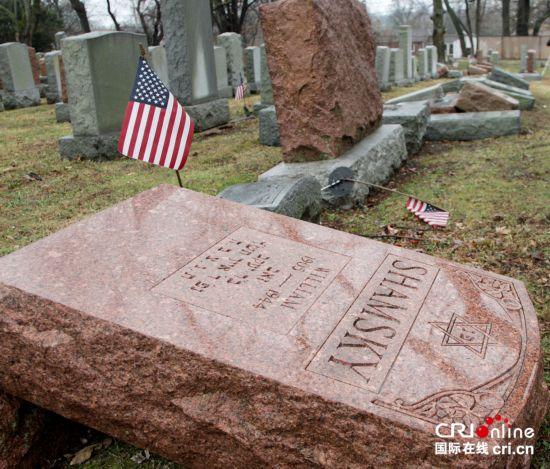 多大仇?美一犹太人墓园约200座墓碑遭推倒(组图)