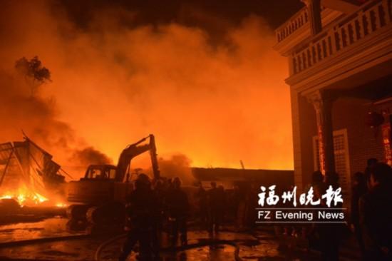 福清一鞋厂边角料堆垛着火   失火面积超300平方米