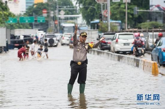 暴雨频发 印尼雅加达内涝严重(组图)