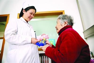 护士不戴手套清理异味污物 让病人放下心理压力