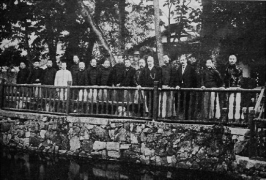 1915年7月,冒广生(右四)在温州与英国传教士海和德(右三)等合影。