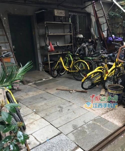 网友举报南昌一居民院子藏8、9辆共享单车