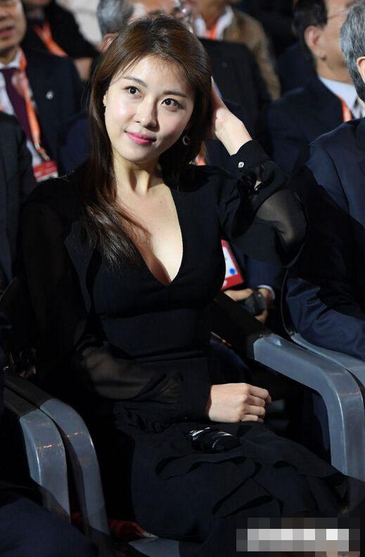 河智苑身穿黑色低胸裙亮相 美肤嫩白优雅迷人【组图】