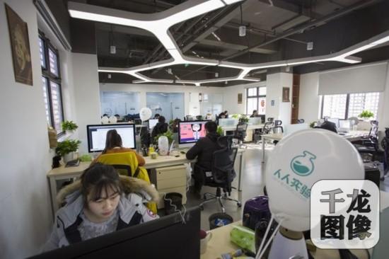 在回+双创社区的人人实验平台,上线运营至今,公司30人管理着价值超过300亿元的3万台仪器设备。千龙网记者 万小军摄