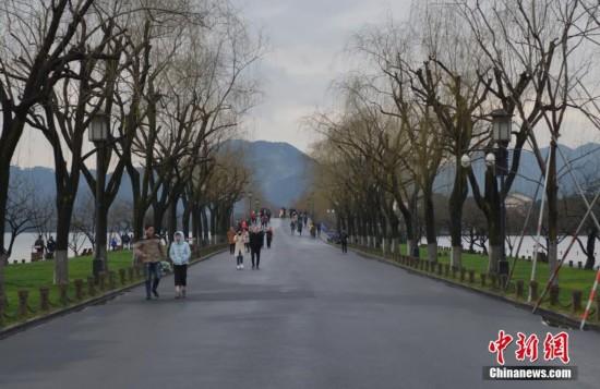 浙江杭州连日降温 西湖景区游客渐少