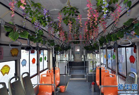 郑州:公交车上书香浓