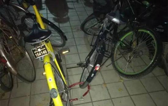 网友拍摄的私自给共享单车上锁占为己有的行为。