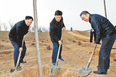 谢伏瞻陈润儿等省领导与干部群众一起参加义务植树