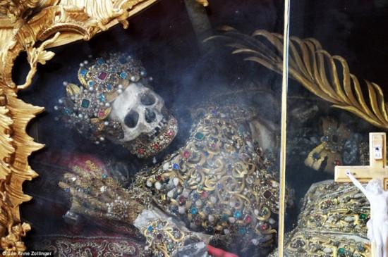 """史上最""""华丽""""骷髅教堂被曝保存数百年"""