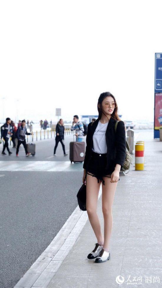 """林允机场街拍照曝光 造型风中凌乱美腿""""直长白"""""""