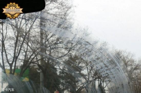 无骨雨刷VS传统雨刷