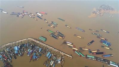 """航道上的""""水上长龙"""" 江苏淮安洪泽湖恢复通航"""