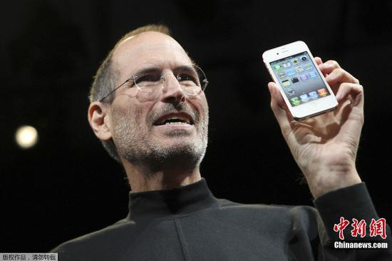资料图 2010年6月7日,史蒂夫・乔布斯在美国旧金山发布iPhone 4苹果手机。