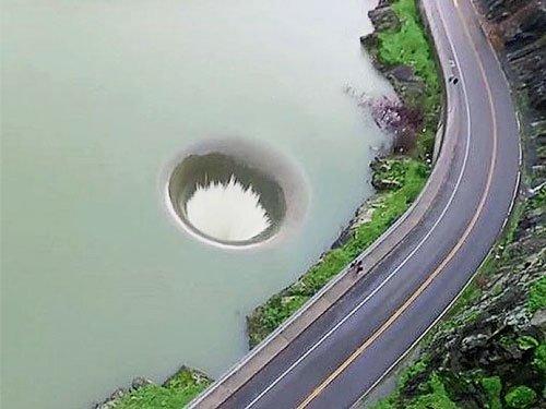 """美国加州伯耶萨湖现""""黑洞""""宛如巨型漏斗(图)"""