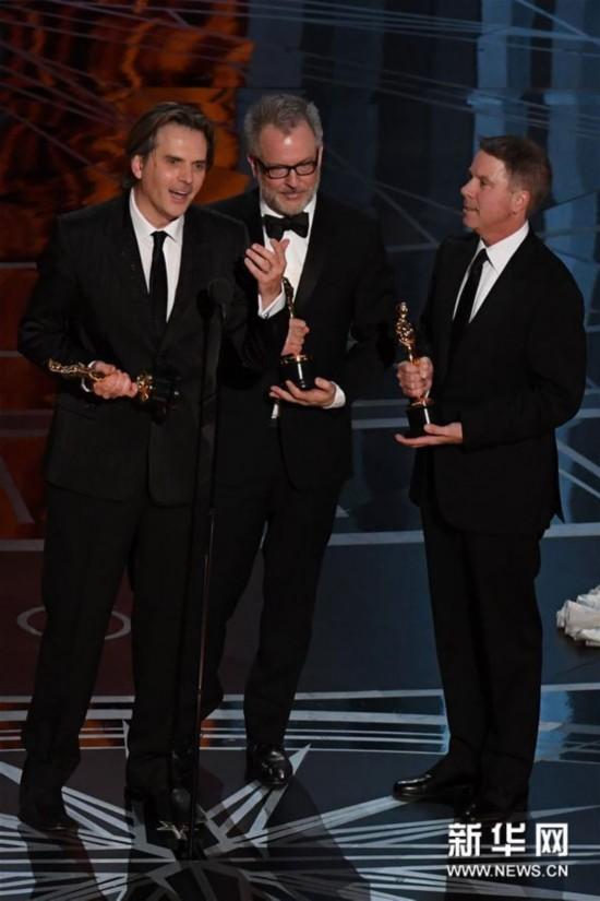 狂动物城》导演拜伦·霍华德(左)、里奇·穆尔(中)和制片人克拉