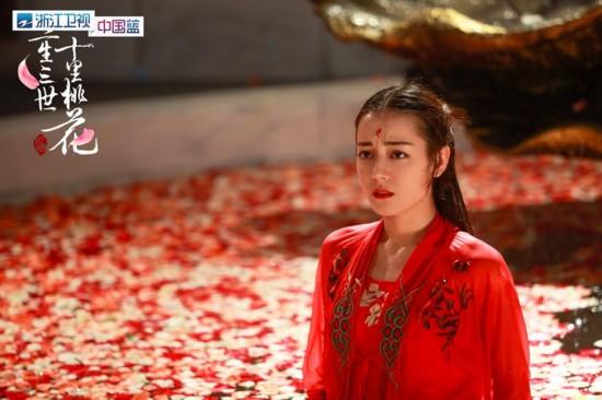 由迪丽热巴饰演的凤九在电视剧《三生三世十里桃花》一出场就凭借