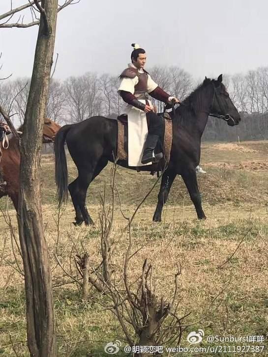 黄晓明《琅琊榜2》一身戎装 骑马路透照曝光