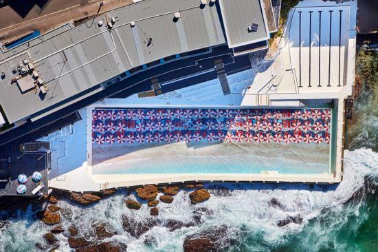 据悉,该巨幅风景照长约50米,宽约13米。为了在泳池底部装入风景照,他们花费了一周的时间将泳池的水排空并将其打扫干净。据尤金妻子说,除此之外,他们还用了6个月的时间研究海潮,只为了确保照片装入后能展现最好的效果。