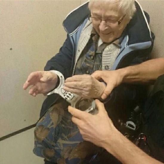 荷兰99岁老奶奶想在死前体验被捕入狱 警察帮其圆梦