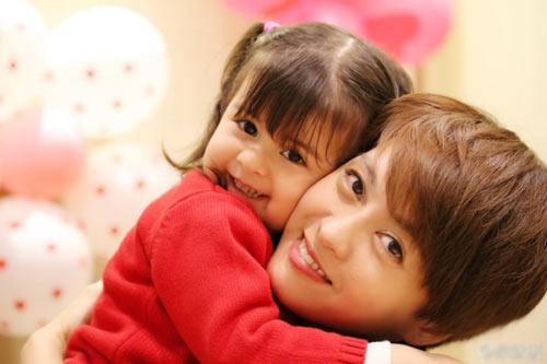 梁咏琪混血女儿满2岁庆生 长相随爸爸异国风情浓郁