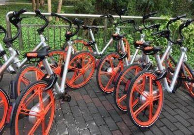 百辆单车被锁大院