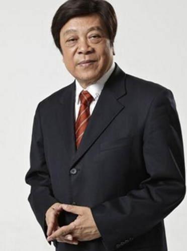赵忠祥是一位普通的名人,一个时期内只有一套《动物世界》节目。让无数的80后喜欢上了他的声音