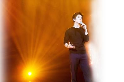 时隔两年李健重回《歌手》 重新填词《异乡人》首秀催泪
