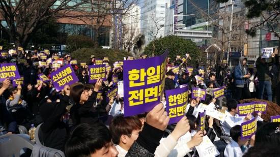 韩釜山市民独立运动日在日领馆前示威 守护少女像(组图)