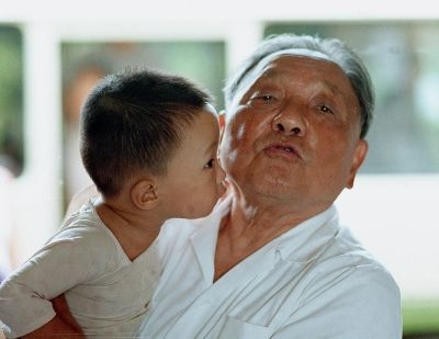 1986年夏,邓小平同小孙子在一起图片