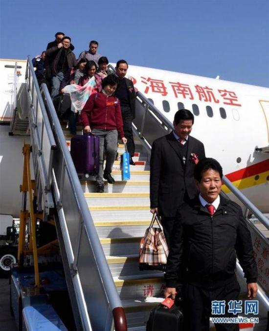 出席十二届全国人大五次会议的海南代表团抵达北京