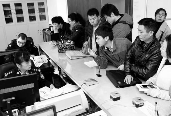 """记者直击西安""""户籍新政""""首日 大学生毕业落户成焦点"""