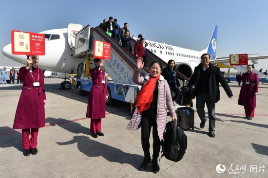 十二届全国人大五次会议江西代表团乘飞机抵京