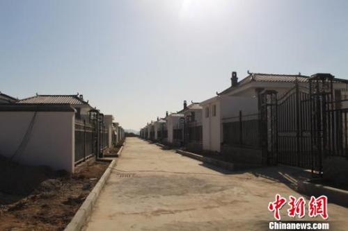 """图为""""农村危房改造惠民工程""""后,甘肃省庆城县杨塬村村貌。庆城县委外宣办供"""