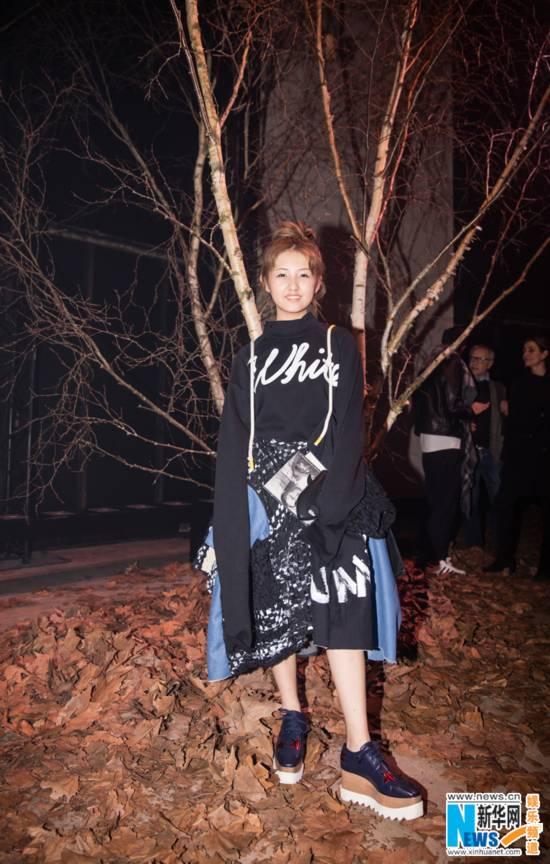 张子枫亮相巴黎时装周 化身潮系少女个性十足