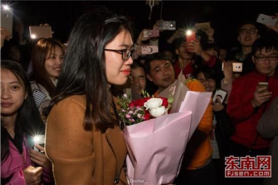 毕业生回母校求婚女友 篮球场上演求婚惊喜剧