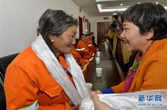 """(新华网)西藏行业女性举行纪念""""三八""""妇女节座谈会"""