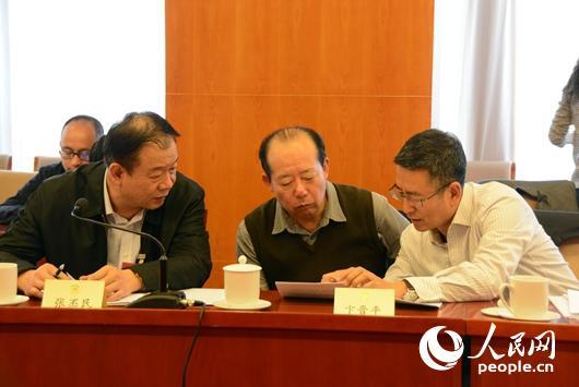 3月5日下午,在新闻出版界小组讨论会上,白岩松(右)与其他委员交流。人民网记者赵晶 摄