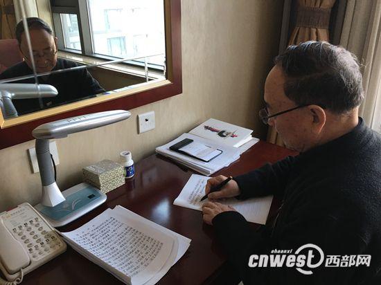 陕西委员坚持5年手写提案 身体力行弘扬汉字文化