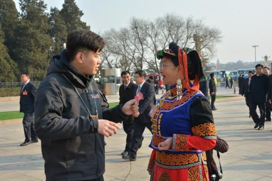 人民网记者采访少数民族代表。