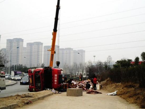 货车侧翻 瓷砖碎一地