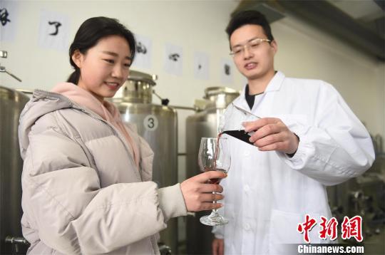 武汉一高校男生自酿50瓶红酒送班级女生和女教师