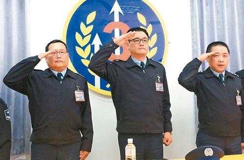 清泉岗空军基地四二七联队少将联队长王德扬(中)针对毒品案自请处分,并率官兵敬礼向外界致歉。 记者陈秋云/摄影