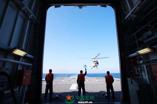 南海舰队远海训练编队随舰直升机组进行训练(图)