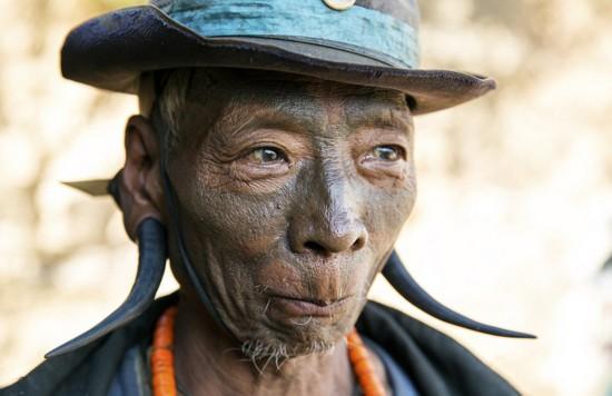 印度一座村庄的斩首者满脸纹身,他负责将抓到的其他部落的敌人斩首
