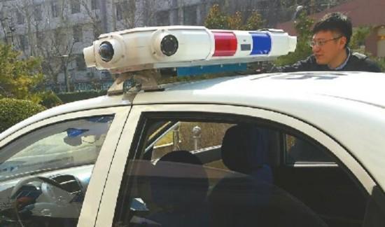 看看移动电子眼长啥样 该系统安装在警车上,主要由车顶带有7个摄像头的警灯和车内的笔记本电脑组成。7个摄像头有3个在前方,2个在后方,两侧各有1个,开始工作后会往车内的笔记本电脑上实时回传画面。笔记本电脑安装在副驾驶位置上,民警通过它可以完成全方位图像采集、车辆检测、车辆特征识别、违章抓拍、录像和GPS定位等操作。 记者黄冠林 摄 1月22日,济南禁停道路增加至50条。目前,在这50条禁停路段,济南启用了移动电子眼。6日上午,济南交警正式启用了2套警用车辆综合巡逻执法系统。该系统装在警用巡逻车上,只