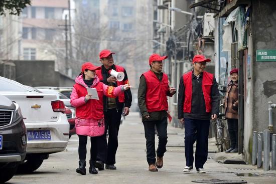 """3月5日,""""小桔灯""""服务社的志愿者在南昌市青云谱区塔子桥社区走访。"""