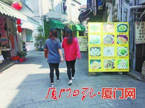厦门人行道餐牌摆上路快递堆满道 何时还给行人?