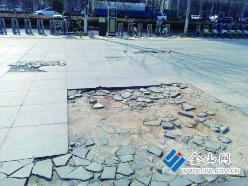 镇江一小区前百米路现40多个坑 两年无人修补