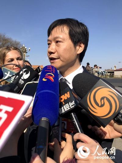 全国人大代表、北京小米科技有限责任公司董事长兼CEO雷军接受记者采访 人民网记者韩雅崧摄