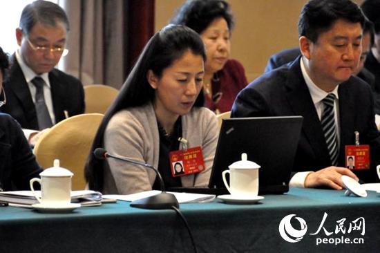3月6日,全国人大代表、全国青联副主席杨扬在审议政府工作报告 人民网记者金洪花摄